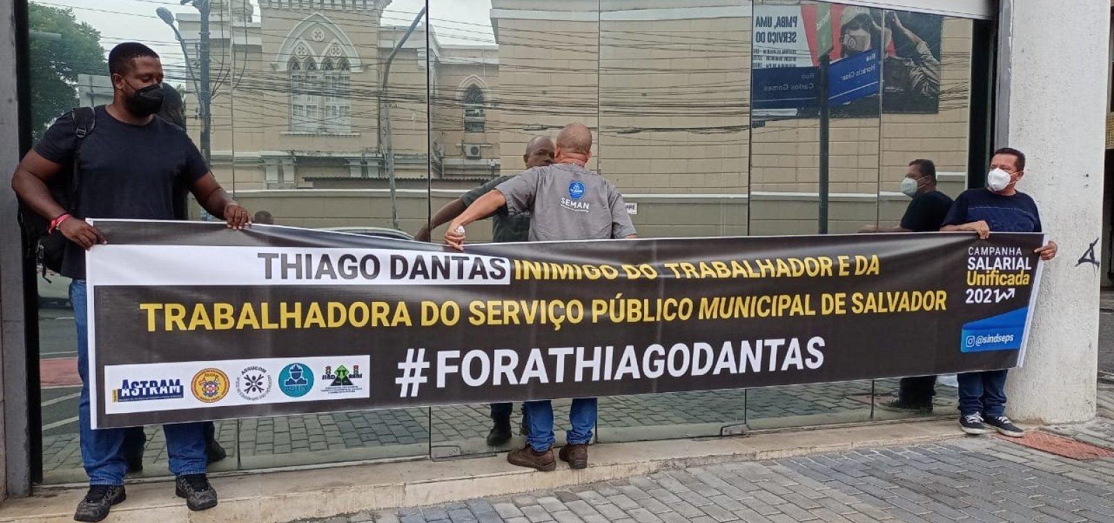"""Em manifestação, servidores municipais pedem saída de secretário por """"preguiça negocial"""""""