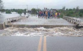 Após forte chuva, enchente toma conta de Riachão de Jacuípe; veja vídeo
