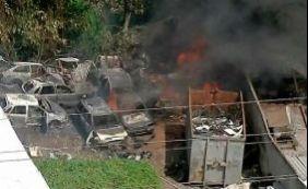 Ferro velho pega fogo na Avenida Suburbana nesta segunda-feira