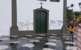 """Secretário lamenta pichação em igreja do Rio Vermelho: """"Falta de respeito"""""""