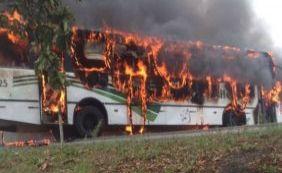 Em protesto, grupo fecha BR-367 e incendeia ônibus no distrito de Pindorama