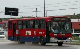 Assaltantes fazem mulher refém durante roubo a ônibus no Rio Vermelho