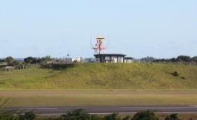 Cachorro invade pista do aeroporto e atrasa voos em Salvador
