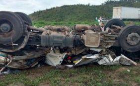 Acidente envolvendo carreta deixa um morto na BR-101