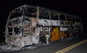 Ônibus de turismo com 39 passageiros pega fogo próximo à Itamaraju
