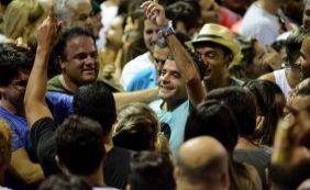 Vídeo: Neto cai na folia e se diverte em meio a multidão no Furdunço em Salvador
