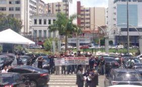 """Em greve, agentes sócio educadores fazem manifestação: """"Não equiparou, parou"""""""