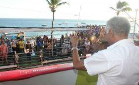 Com a benção de Gilberto Gil, Saulo arrasta multidão em pipoca na Barra