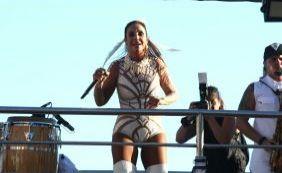 Ivete Sangalo inicia desfile na Barra e canta com A Vingadora