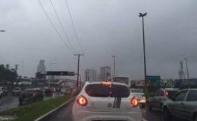 Chuva complica trânsito nesta manhã em Salvador e BR-324
