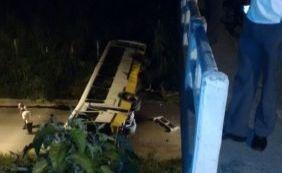 Ônibus despenca de viaduto após tentativa de assalto no Subúrbio