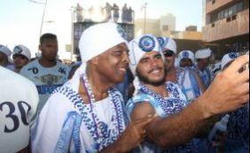 Gilberto Gil desfila no chão com os Filhos de Gandhy no Circuito Dodô