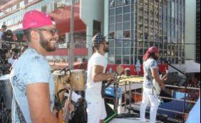 Bell Marques comanda bloco Camaleão na Barra e canta com filhos