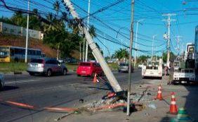 Capotamento deixa três feridos na Estrada do Coco