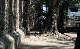 Passeio infernal: pedestres de Salvador ainda sofrem com calçadas precárias