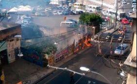 Vegetação de terreno pega fogo na Rua Carlos Gomes nesta sexta-feira