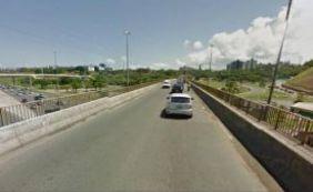 Carro capota no viaduto Canô Veloso e motorista morre em Pituaçu