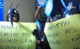 Manifestantes se vestem de mosquito Aedes para receber ministro na Câmara
