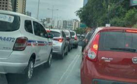Carreta quebrada complica tráfego no centro da cidade; confira o trânsito