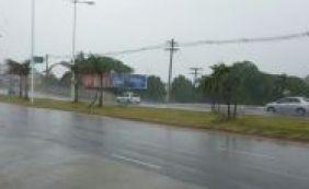 Chuva forte derruba poste em Stella Maris; trânsito é complicado