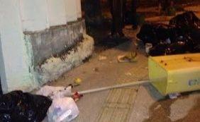 Cavalos espalham lixo e deixam rua infestada de sujeira na Pituba