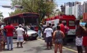 Duas pessoas ficam feridas em colisão entre carro e ônibus na Vasco da Gama