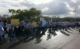 Estudantes do curso de Medicina da Uneb realizam protesto na Avenida Paralela