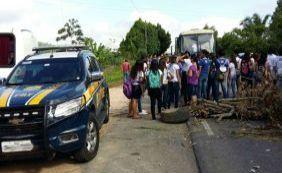 Estudantes fecham BR-330 e cobram transporte escolar na zona rural de Ipiaú