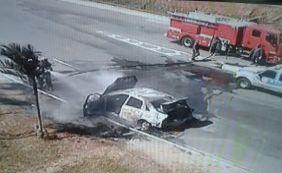 Carro pega fogo no Rio Vermelho; trânsito segue lento no local