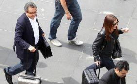 João Santana e esposa chegam escoltados pela polícia em Curitiba