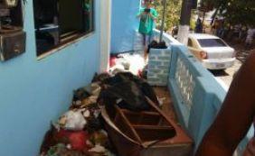 Itacaré: em protesto, população joga lixo na Câmara de Vereadores