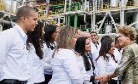 Ao lado do ministro Levy, Dilma chega à Camaçari para inauguração da Basf