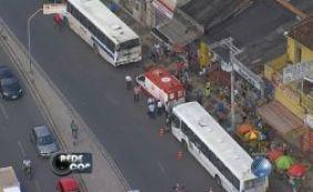 Ao menos quatro passageiros ficaram feridos em acidente com dois ônibus