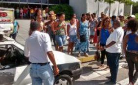 Terceirizados da limpeza protestam contra atraso de salário no CAB