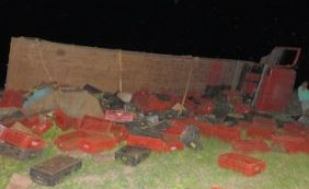 Caminhão que transportava bananas tomba na BR-242 em Luís Eduardo Magalhães
