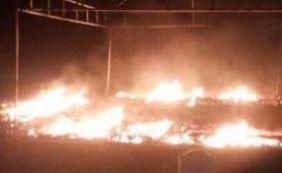 """Vândalos queimam banheiros químicos e Neto dispara: """"Não vão nos intimidar"""""""