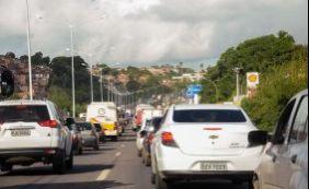 Fluxo de saída de veículos de Salvador segue intenso