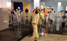 Só faltava essa! Cano de esgoto estoura dentro do Aeroporto de Salvador; vídeo