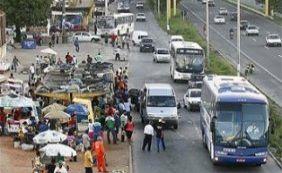 Poça d'água deixa trânsito lento na BR-324 sentido Feira de Santana