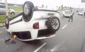 Carro capota e uma pessoa fica ferida na Otávio Mangabeira