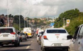 Obras e buracos na pista complicam trânsito na região da BR-324
