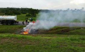 BR-324: carro capota e pega fogo em grave acidente próximo a Águas Claras