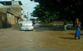Rua próxima ao Barradão fica alagada após chuvas