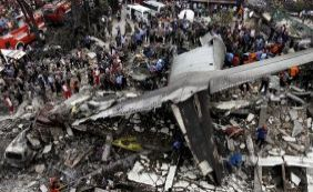Avião militar cai em zona residencial na Indonésia com 113 pessoas a bordo