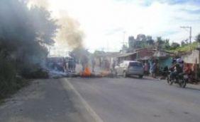 Populares realizam protesto e interditam trecho da BA-528