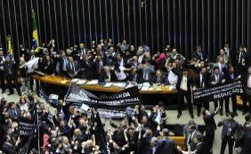 Após manobra de Cunha, Câmara aprova nova PEC da redução da maioridade