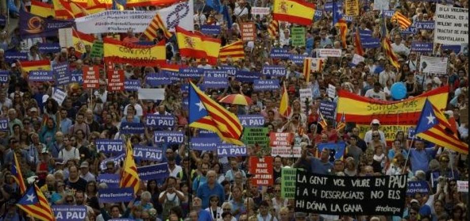 500 mil pessoas realizam passeata contra o terrorismo em Barcelona