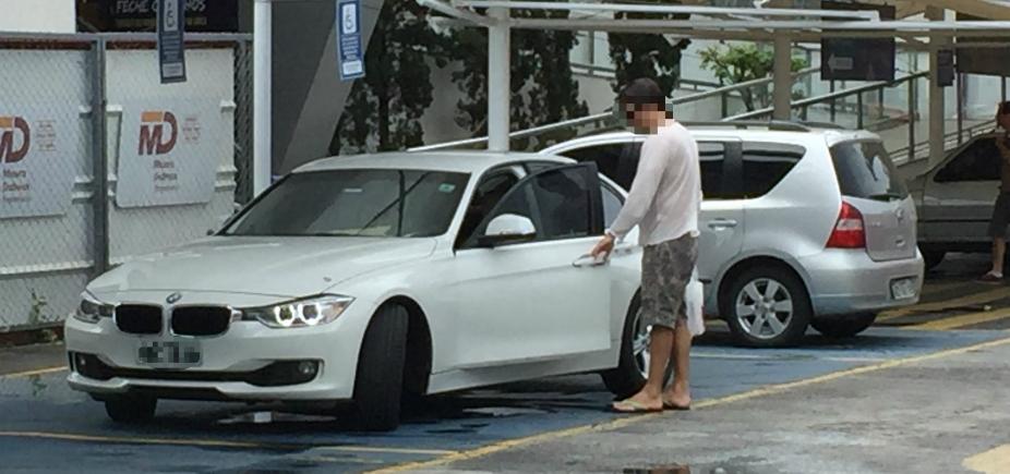 Motorista é flagrado estacionando em vaga para cadeirante