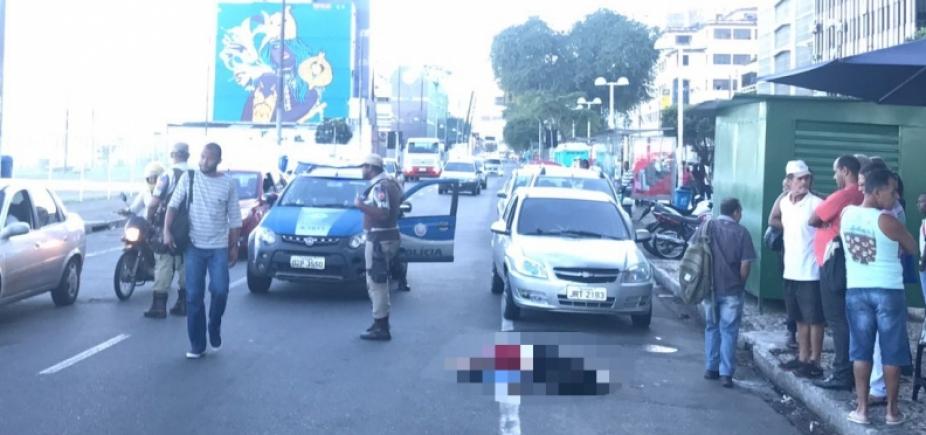 Mulher é atropelada após descer de ônibus no bairro do Comércio