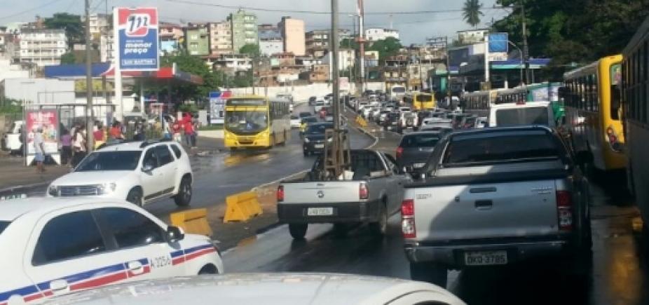 Trânsito continua congestionado após acidente no Comércio